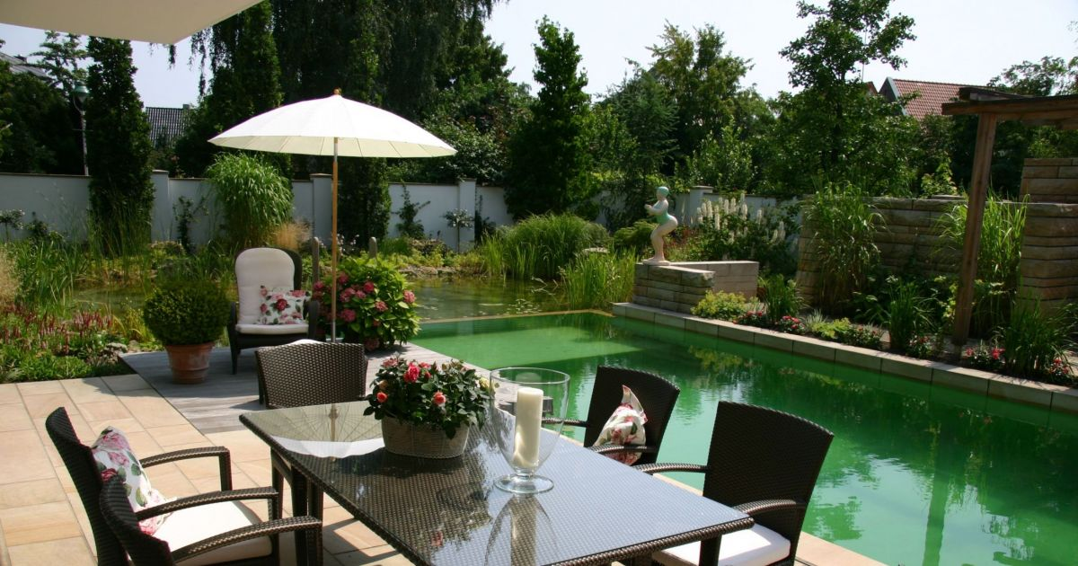 Un jardin plein de charme pied parasol for Amenager son jardin d agrement
